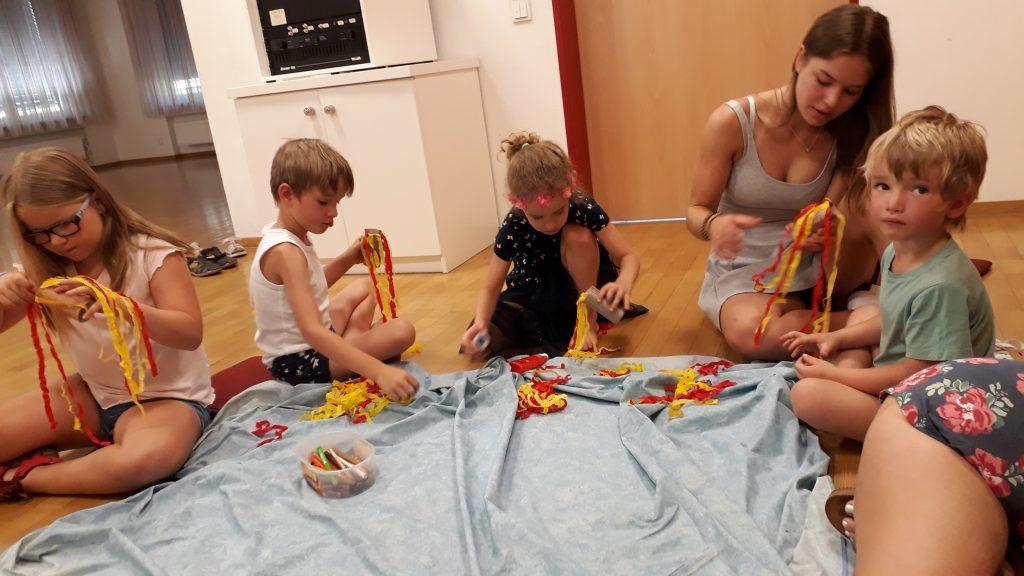 Kinder basteln auf Boden
