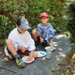 2 Kinder beim Malen im Freien