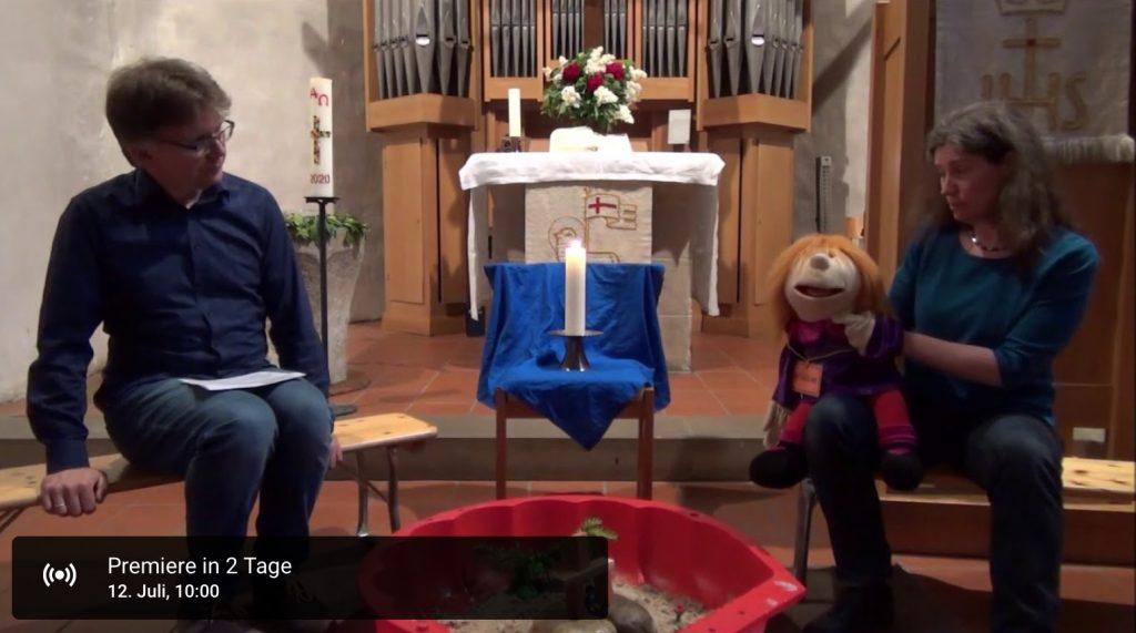 Handpuppe neben Altar