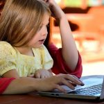 mädchen mit mutter am laptop