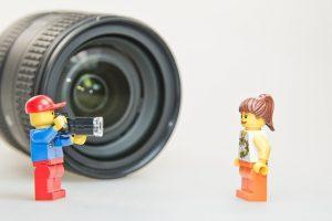 kamera und zwei playmobil figuren