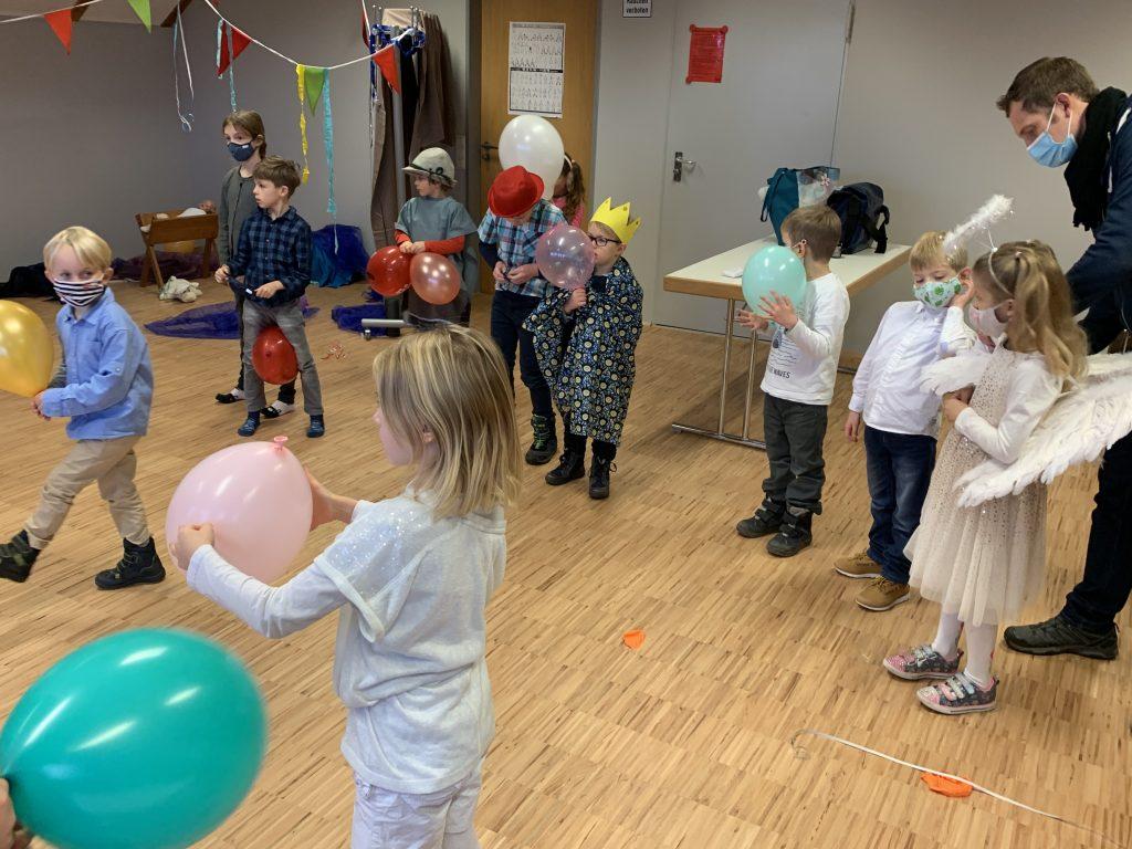 Gruppe Kindern verkleidet Krippenspiel