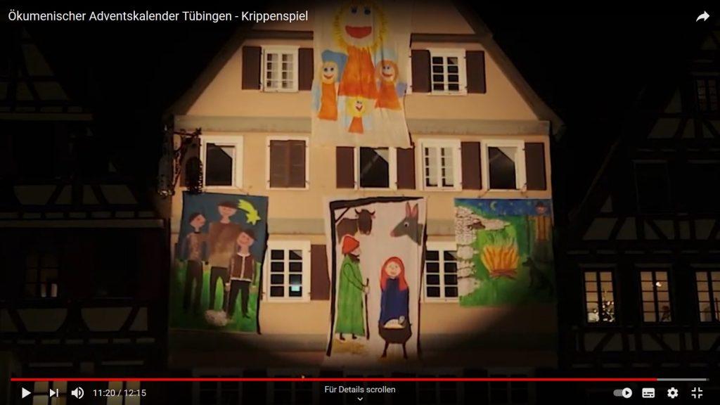 beleuchtetes Haus mit Stofftransparenten